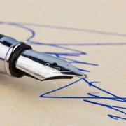 pióro z odręcznym podpisem na dokumencie